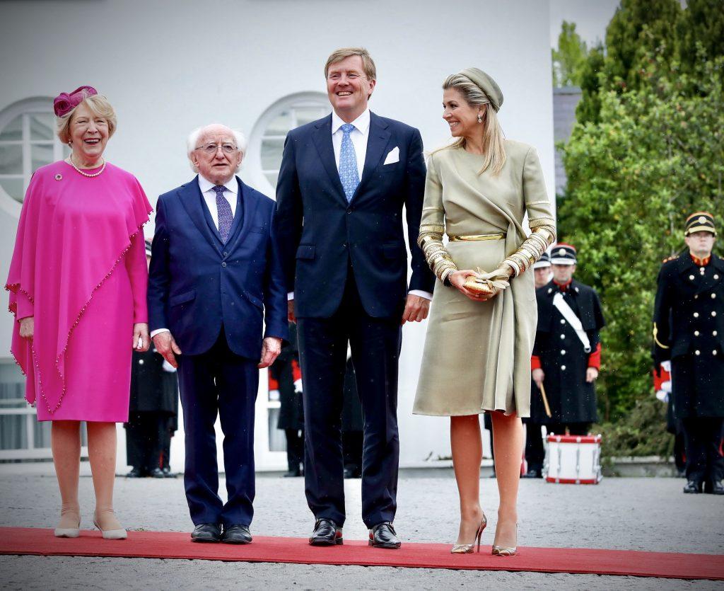 Koningin Máxima schittert in Ierland in Dutch design met Afrikaanse knipoog