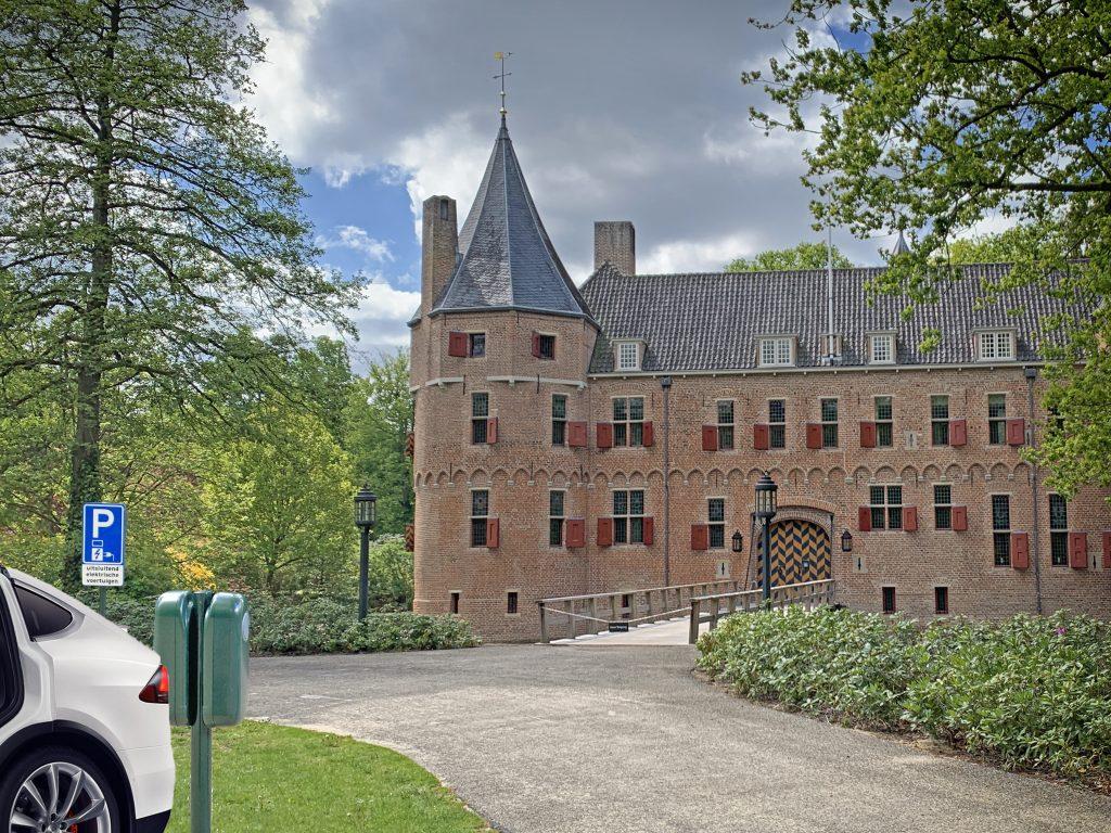 Koninklijke laadpaal: Willem-Alexander kan auto zelfs opladen bij zijn middeleeuwse jachtslot