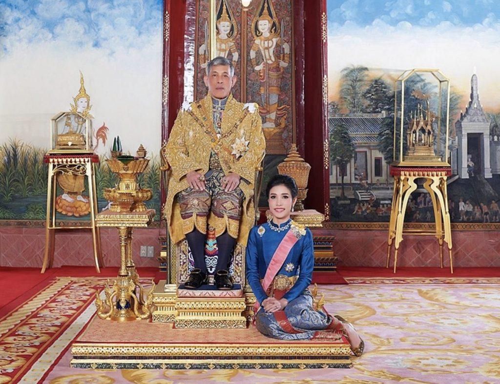 Thaise koning stelt zijn maîtresse voor