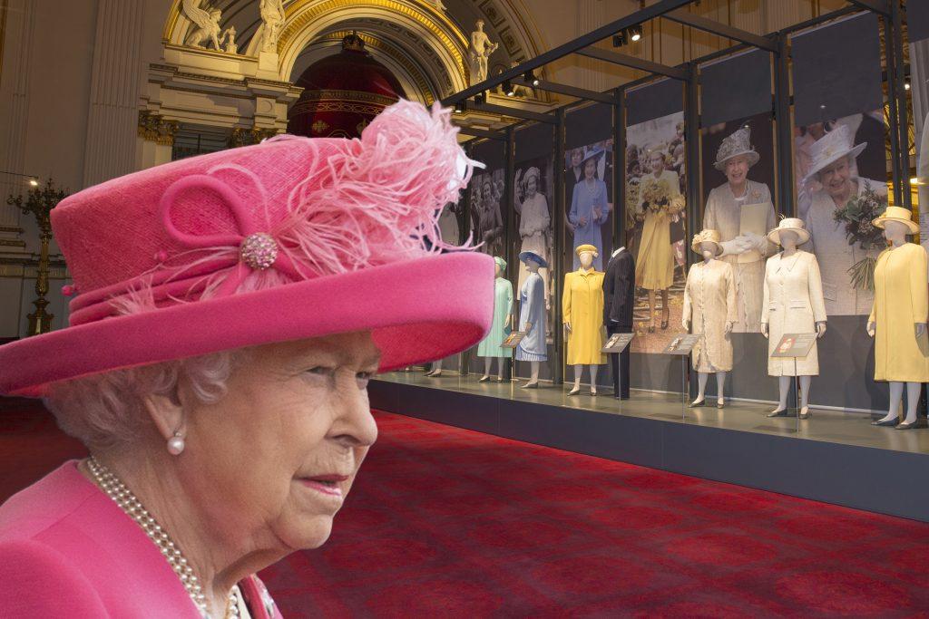 Queen Elizabeth en kleermaakster saboteren paleismedewerkers