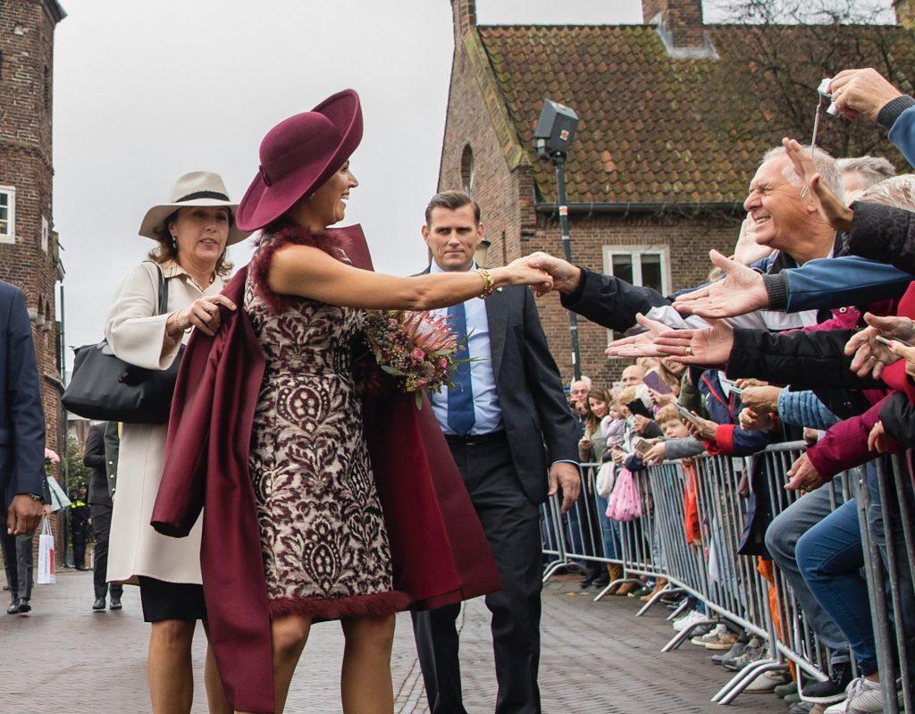 Máxima's kleding 'staat zó ver van de Nederlandse vrouw af'