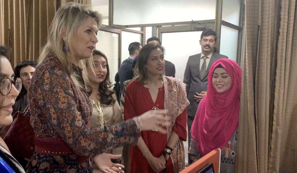 VIDEO: Máxima op werkbezoek in Pakistan